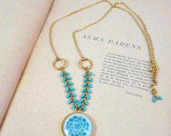 "Collier Tamara Blue : bijou nature, laiton doré, pendentif chevron et cabochon, illustration plante grasse ""Echeveria"""
