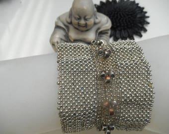 bracelet tissé ,pièce unique,avec des perles en plaqué argent et écrues