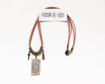 Collier cuir multi-rangs avec cordon rose pâle, pendentif en céramique, perles métal bronze et breloques