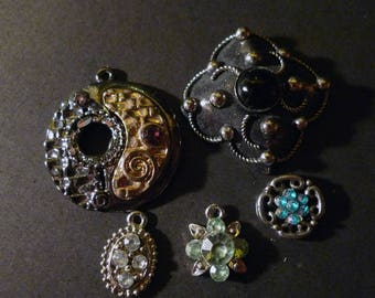 5 pendants and silver metal, stone and rhinestone cabochon