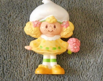 Vintage 1980s Lemon Meringue Scented Miniature Figure - Strawberry Shortcake, American Greetings Corp, pink flowers, bouquet, yellow dress