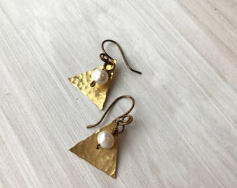 bronze triangle and pearl earrings, hammered bronze triangles, bronze and pearls, geometric earrings, geometric jewelry, triangle jewelry