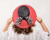Hirta - Sombrero de paja para invitada de boda con detalle de plumas, sombrero de paja, invitada de boda, sombrero paja para playa, ciudad