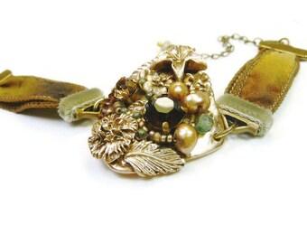 Bracelet romantique  heroic fantasy en bronze sur soie brun ocre