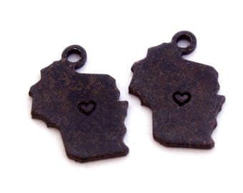 2x Antique Brass / Brown Patina Wisconsin State Charms w/ Heart Stamps - M073/H/AB-WI