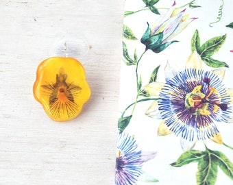 Real pansy brooch. Flower brooch with yellow viola. Floral accessories. Botanical jewelry - epoxy resin jewel - pressed flowers