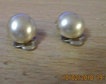 "vintage round rich faux pearl silvertone clip on earrings 1/2""across"