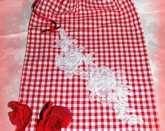Bag in red and white gingham and his white lace