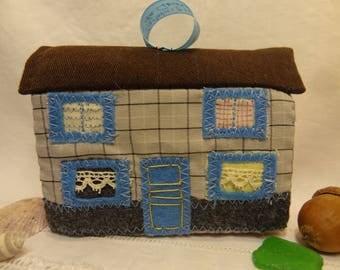 Décoration de Noël, petite maison de village en tissus et patchwork brodés. Bleue et grise.
