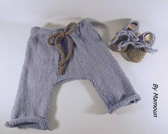 Ensemble bébé 3 mois  pantalon sarouel et chaussons coordonnés tricotés main dans un fil doux alpaga et laine bleu gris et taupe