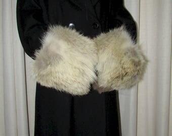 """Chic paire de manchettes  (cuffs)   de fourrure de coyote naturel /Beautiful pair of natural coyote fur  17"""" X 6"""""""