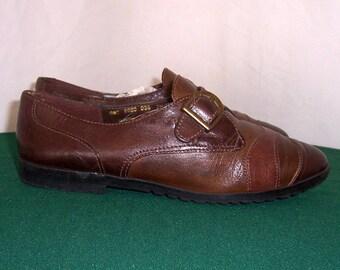 Sz 7m Vintage brown leather 1990s women flat buckle up shoes.