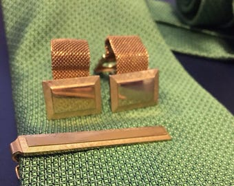 "Gold mesh with square etched, smooth cuff links with matching tie bar. Cuff links measure 1""."