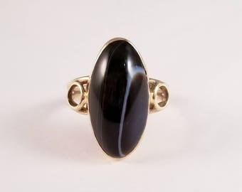 Vintage banded agate ring in yellow gold