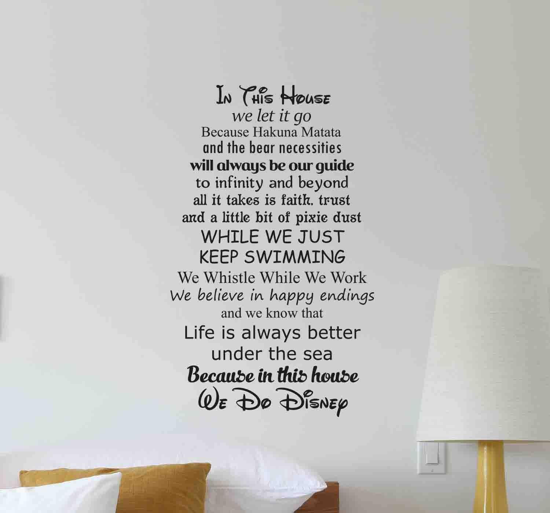 in diesem haus tun wir disney wand aufkleber zitat schriftzug. Black Bedroom Furniture Sets. Home Design Ideas