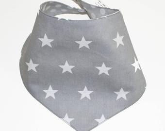 Bandana bib reversible star/polka dot gray