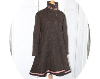 Manteau trapeze ample en laine bouillie marron et ruban rose, manteau en pure laine marron et medaillon victorien,manteau baroque dentelle