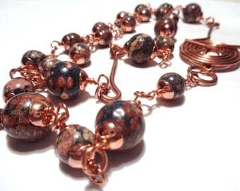 Copper and pearl necklace with leopard skin technique wire