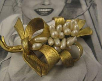 Vintage retro leaf Gold metal Faux pearls brooch Brooch / Pin