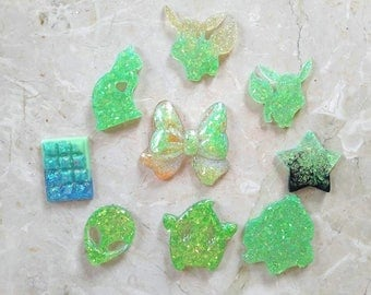 Mix of 9 Green resin Cabochons with Glitter. HANDMADE