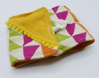 Protects multicolor graphic checkbook in cotton and linen