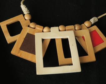 collier moderne en bois carré et naturellement teinté, bijoux tendance, modern necklace in square wood and naturally tinted, trendy jewelry