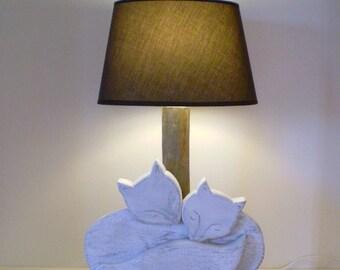 """Lampe représentant un """"Couple de renards argentés"""" en bois massif sculpté, posé sur un socle - Création unique"""