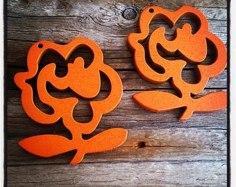 set of 2 flowers in orange wood 50mm x 35mm