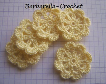 Applique flowers of yellow cotton crochet