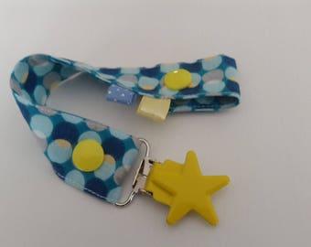 Attache-tétine en tissus à motifs géométriques bleus, gris et jaunes avec pression et attache type bretelle étoile