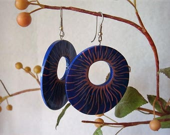 hoop earrings wood motif pink flames on blue background 4.9 cm