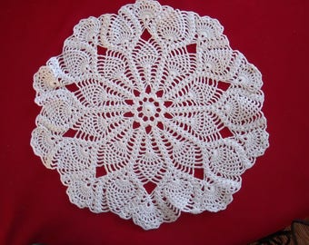 ROMANTIC WHITE DOILY HAS THE HAND