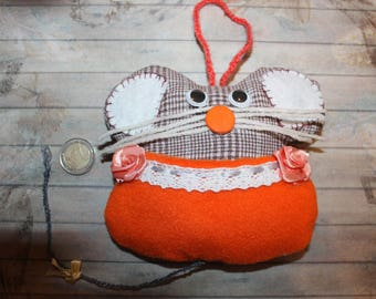 Small cushion mouse to orange/brown tooth