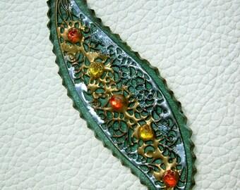 Sheet of Iranane pendant on leather Green