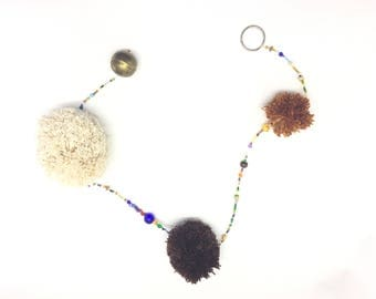 Decorative Garland with pompons of Egyptian cotton and Brown stones of glass and metal in tone and camel.