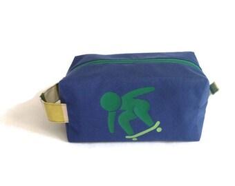 Trousse de toilette enfant/ bleue et skateboarder vert / doublée toile enduite