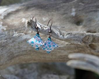 "Earrings in the shape of ""humbug"""