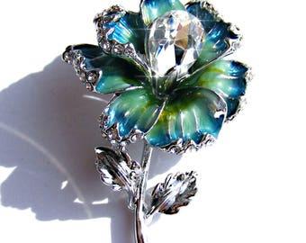 Broche argenté fleur de cristal et émaux vert et bleu.