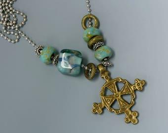 Croix copte éthiopienne en collier, chaine bille en acier inoxydable argenté et perles au chalumeau.  N ° 10.