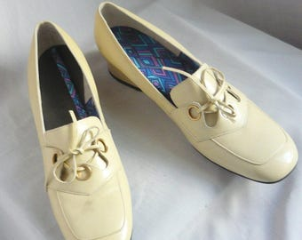 60s Pop Mod Patent Leather Pumps / size 9 .5 AA Narrow Width / Eur 31 UK 7 /  Pan Am Shoes Ivory White Flats / Never Worn
