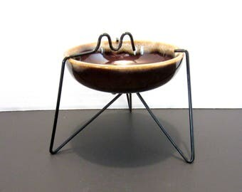 Pottery tabletop ashtray with metal wire stand