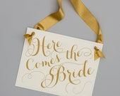 Here Comes The Bride Wedding Sign Ring Bearer Sign Flower Girl Wedding Ceremony Signage Decor Ringbearer Banner Ring Pillow Ideas 1988 BW