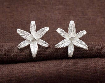 1 pair of 925 Sterling Silver Lily Flower Stud Earrings 17mm.  :er1106