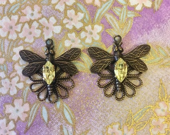 1 pair of Dragonfly and Swarovski crystal connectors, with Jonquil Navette stones. Antique brass colour.