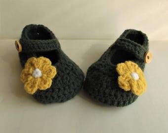 Charcoal grey baby shoes, crib shoe with flower; 3-6 m baby booties, baby girl shoes, yellow daisy flower shoes; ready to ship,uk seller