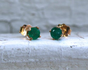 Classic Vintage Natural Emerald Stud Earrings in 14K Yellow Gold - 0.20ct.