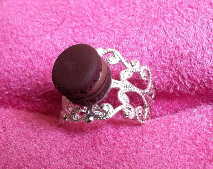 Ring with mini chocolate macaroon