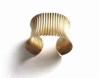 Fabulous 1960s Vintage Cuff Bracelet made of Polished Pleated Brass