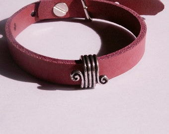 Red, matt leather bracelet with Verschnörkeltem slider