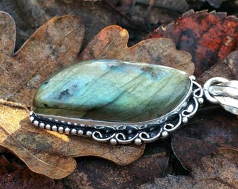 Labradorite pendant, silver 925 : stone of protection and anchoring